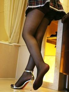 小图妹洗手间黑丝高跟美腿极致诱惑写真
