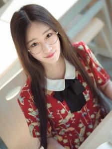 戴眼镜的白皙皮肤长发美女阳光温馨生活写真