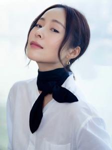 江一燕摄影展亮相纯白衬衫红色高跟很抢眼
