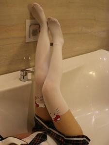 小图妹浴室卡通袜可爱美腿养眼十足