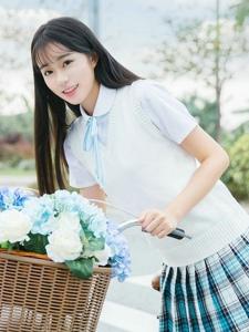 清纯女孩超短裙单车户外甜美温馨迷人写真