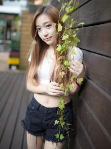 清纯平安彩票app白衣短裤写真笑颜清甜迷人