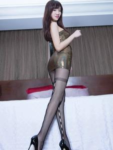 紧身皮裙网袜高跟美少女Celia圆润性感的翘臀写真