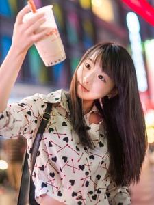 清纯少女夜晚街拍写真可爱迷人