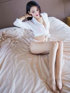 私房美女白皙紅唇翹臀美腿養眼十足