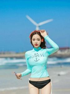 蓝天白云下白嫩平安彩票app模特海边清凉夏日写真