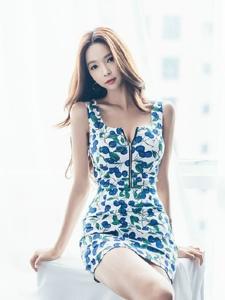 高挑中分平安彩票app模特低胸装诱惑姿势销魂