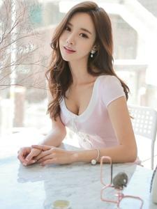 低胸粉嫩裙装美模大秀事业线人比花娇