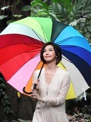 孙燕姿植物园重拾童真 纯情打彩虹伞