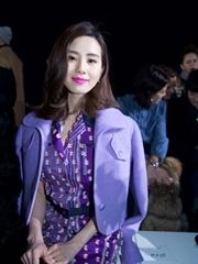 刘诗诗亮相巴黎时装周 紫色造型实力吸睛