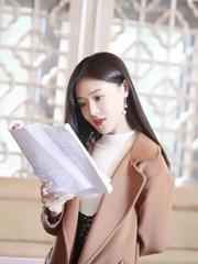 邓家佳黑发披肩知性优雅 片场研读剧本
