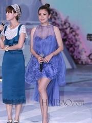 賈靜雯身著藍色透視連衣裙