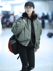 劉蕓素面朝天穿飛行員夾克現身機場
