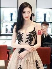景甜身穿祖海慕拉裸色连身裙