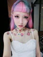 女生圍繞頸部的各種小圖案清新彩繪紋身圖案