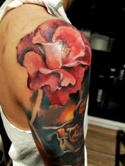 肩膀逼真娇艳的玫瑰刺青