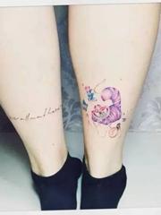 女生清新的愛麗絲夢游仙境紋身圖案