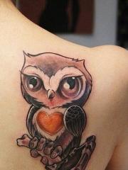背部可爱的猫头鹰爱心纹身图案