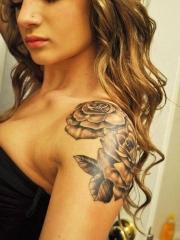 欧美美女好看的披肩玫瑰纹身