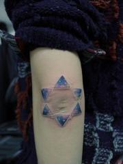 女人手臂漂亮的彩色星空六芒星纹身
