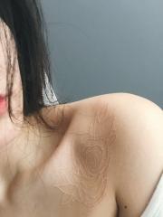 平安彩票app锁骨处隐形玫瑰纹身图案