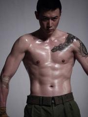 型男陆毅披肩龙图腾纹身图案