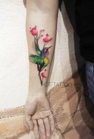 手臂鲜花和蜂鸟彩绘纹身图案