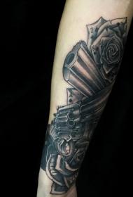 手臂撲克牌與手槍玫瑰個性紋身圖案