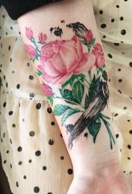 女性手臂清新美丽的花蕊纹身图案