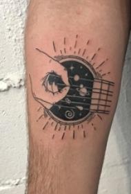 男生手臂上黑色简单线条星空元素手弹吉他纹身图片