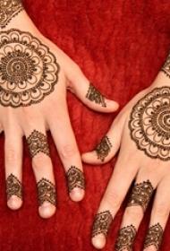 女生手背上黑色线条创意梵花花纹手链纹身图片