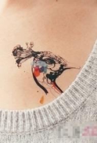 女生胸部彩繪簡單線條小動物孔雀紋身圖片