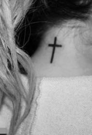 女生頸后黑色線條經典簡約十字架紋身圖片