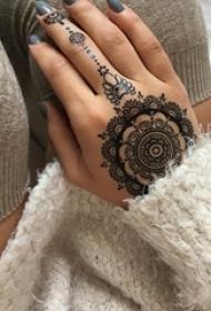 女生手背上黑色線條創意唯美花紋蕾絲手鏈紋身圖片
