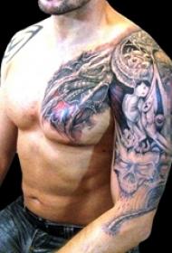 男生手臂上黑色素描点刺技巧机械元素齿轮花臂纹身图片