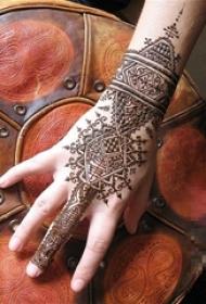 女生手背上黑色线条创意梵花唯美手链纹身图片