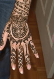女生手背上黑色线条创意梵花唯美手链纹身图案