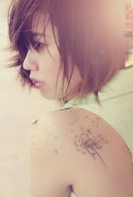 女生背部黑色線條創意唯美蒲公英紋身圖片