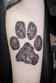女生手臂上黑色線條素描蕾絲元素可愛狗爪紋身圖片