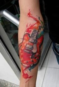 男生手臂上彩绘水彩素描创意文艺吉他纹身图片