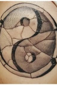 男生手臂上黑灰点刺几何线条太极八卦纹身图片