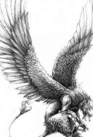 展翅高飛的黑灰色點刺動物老鷹紋身手稿