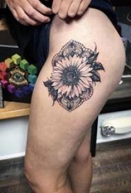 女生大腿上黑灰點刺簡單線條蕾絲和花朵紋身圖片