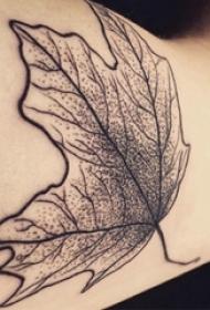 男生手臂上黑色点刺简单抽象线条植物枫叶纹身图片