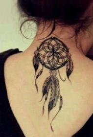 女生脖子上黑灰素描點刺技巧文藝捕夢網紋身圖片