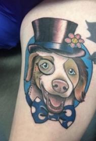 男生手臂上彩繪簡單線條蝴蝶結和小動物狗紋身圖片
