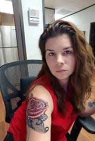 紋身玫瑰花 美女手臂上立體小紋身玫瑰花和蕾絲花邊紋身圖片