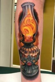 欧美小腿纹身 男生小腿上彩色的煤油灯纹身图片