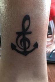 欧美船锚纹身 男生小腿上黑色的船锚纹身图片