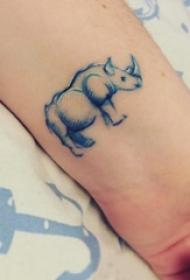 犀牛纹身图案 女生手腕上彩色的犀牛纹身图片